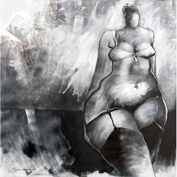 La fille appuyée contre le mur