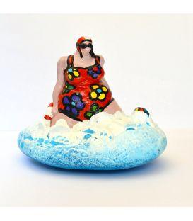 La baigneuse au maillot rouge à fleurs et à la bouée