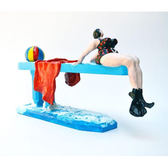 La baigneuse au maillot noir à pois rouges sur le plongeoir