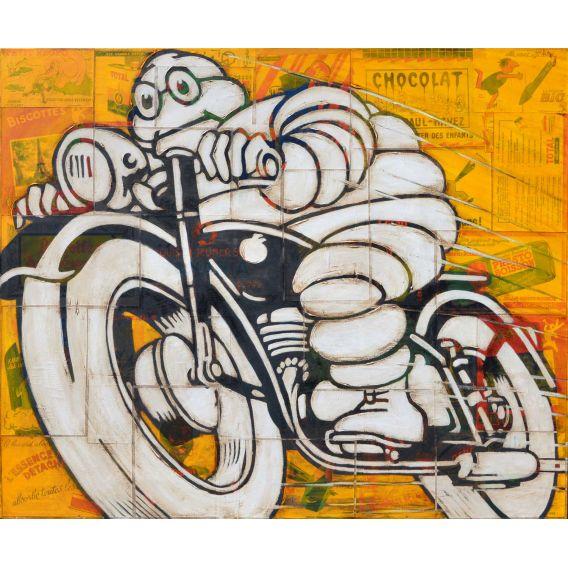 Bonhomme Michelin sur une moto noire sur fond de vieilles publicités