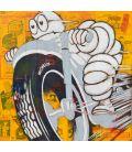 Bonhomme Michelin sur une moto grise