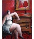 La femme, la commode dans la chambre rouge