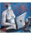 La fille au computer sur fond bleu