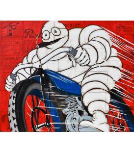 Michelin sur une vieille moto bleue sur un fond rouge de vieilles publicités - Tableau de Yann Kempen