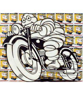 Michelin sur une moto noire sur un fond de vieilles publicités pour l'huile Total
