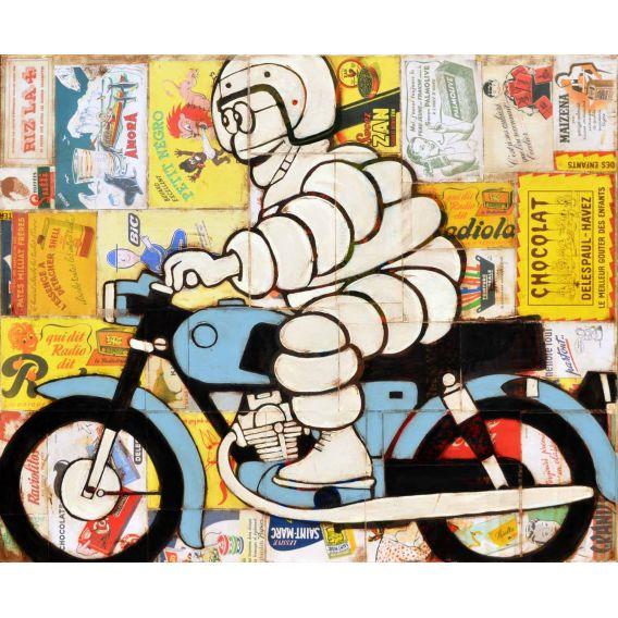 Bonhomme Michelin sur une moto bleue sur fond de vieilles publicités
