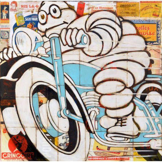 Bonhomme Michelin sur une moto bleue n °2